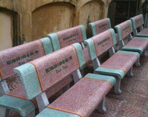 ghế đá công viên màu xanh đỏ