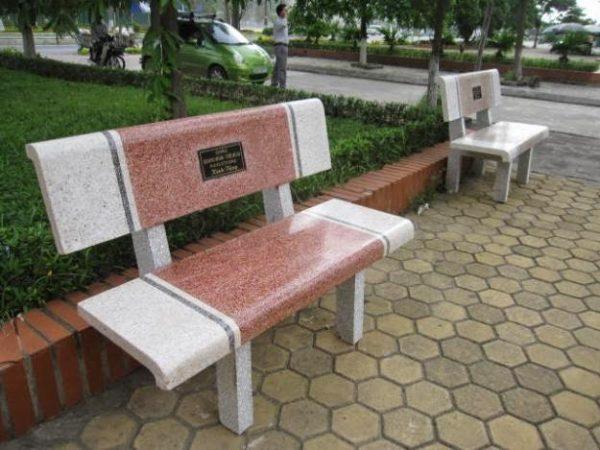 ghế đá công viên màu đỏ trắng