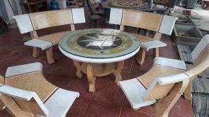 bàn ghế đá cong vàng
