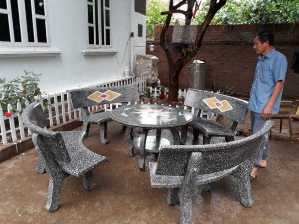 bàn ghế đá sân vườn lkv