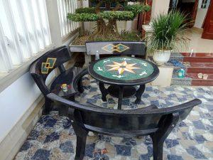 bàn ghế đá đen