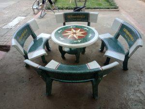 mẫu bàn ghế đá tròn trắng xanh