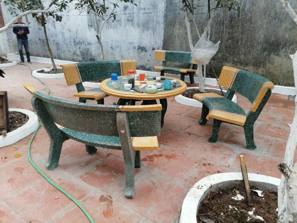 mẫu bàn ghế đá tròn vàng xanh